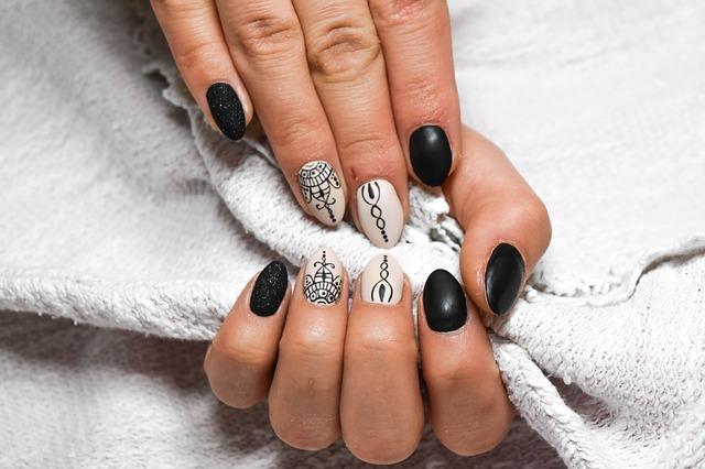 bílé a černé nehty
