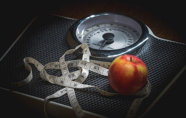 metr, jablko a váha