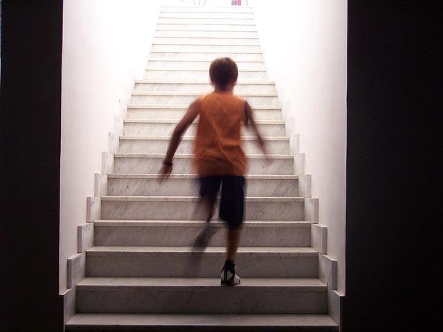 chlapec beží po schodech