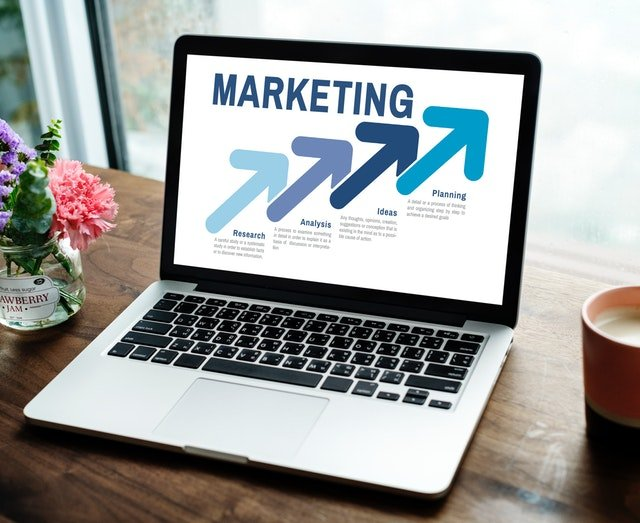 laptop zobrazuje marketing, šípka nahor, úspech