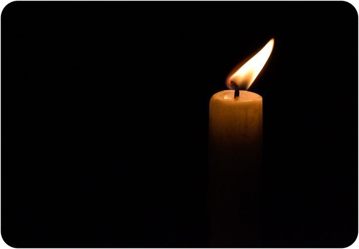 Žiariaca sviečka v tme