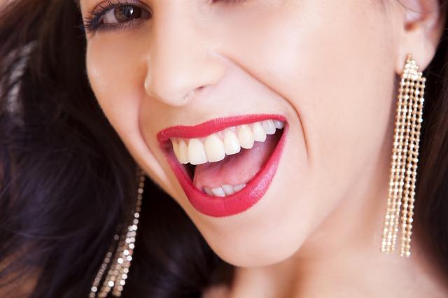 usmiata žena s dlhými náušnicami