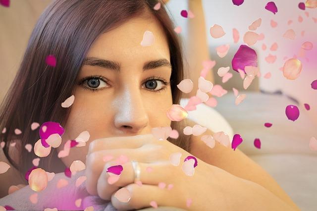 Žena, tvár, ružové lupene.jpg