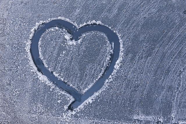 Srdiečko vyryté do snehu a mrazu na okne auta.jpg