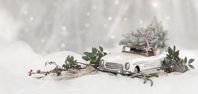 Model bieleho auta s vianočnou výzdobou na snehu.jpg