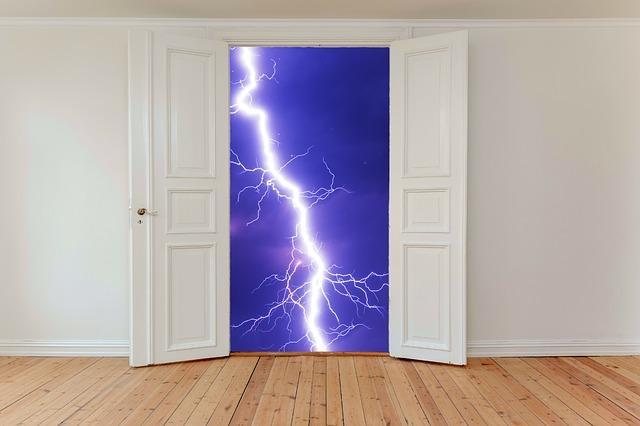 Otvorené biele krídlové dvere za ktorými je modré nebo s bleskom.jpg