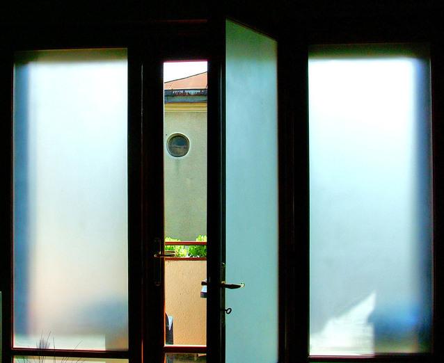Veľké sklenené otvorené dvere.jpg