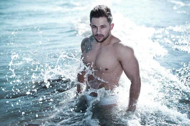 muž vo vode