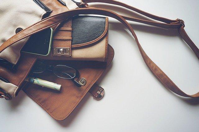 Kožená taška, kožená peňaženka a okuliare