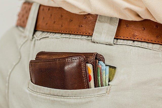 Muž má peňaženku v zadnom vrecku nohavíc